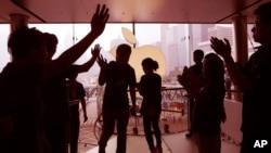 Imágen retocada de una tienda de Apple en Hong Kong. La companía de Cupertino, California, obtuvo un triunfo agridulce sobre Samsung.