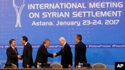 지난 1월 카자흐스탄 아스타나에서 열린 시리아 회담에서 터키와 카자흐스탄, 러시아, 유엔, 이란 등 참가국 대표들이 악수하고 있다.