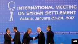 Para partisipan dari Turki, Rusia dan Iran saling berjabat tangan seusai menyepakati perjanjian menutup pembicaraan terkait perdamaian untuk Suriah di Astana, Kazakhstan, 24 Januari 2017. (Foto: dok).