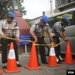 Suasana di TKP bom bunuh diri yang meledak di Masjid Adz-Zikro, Cirebon.