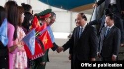 越南總理阮春福星期二(5月29日)抵達紐約肯尼迪機場受到歡迎。