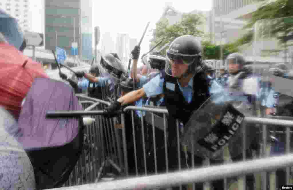 2019年6月12日,香港立法會外抗議者與防暴警察發生衝突。