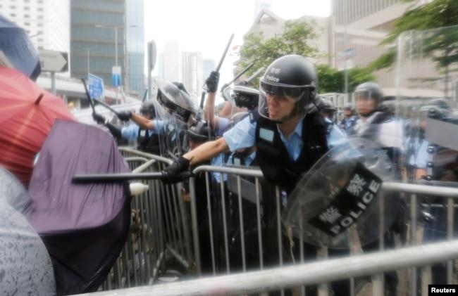 Los manifestantes, muchos de ellos jóvenes, se enfrentaron a la policía en Hong Kon, el miércoles 12 de junio de 2019.