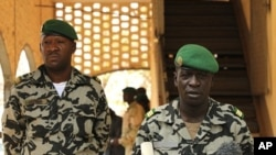 Ðại úy Amadou Sanogo (phải), thủ lãnh cuộc đảo chánh và là người cầm đầu chính quyền quân sự của Mali, phát biểu trong một cuộc họp báo tại trụ sở chính ở Kati, bên ngoài Bamako, ngày 30/3/2012