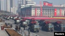 지난 2월 평양 김일성 광장에서 열린 건군절 열병식에서 이동식 무기와 차량 행렬이 이동하고 있다. (자료사진)