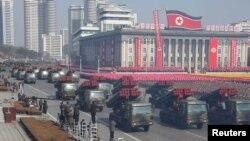 រូបឯកសារ៖ ក្បួនរថយន្តរបស់កងកម្លាំងយោធាដង្ហែក្នុងពិធីរំលឹកខួបទី៧០នៃការបង្កើតកងកម្លាំងយោធាកូរ៉េខាងជើង នៅទីលាន Kim Il Sung ក្នុងទីក្រុងព្យុងយ៉ាង កាលពីខែកុម្ភៈ ២០១៨។