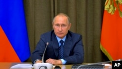 16일 러시아 소치에서 블라디미르 푸틴 러시아 대통령이 고위급 군 관료 회의를 주재하고 있다.