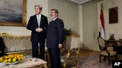 美國國務卿克里 (左) 與埃及總統穆爾西 (右) 握手