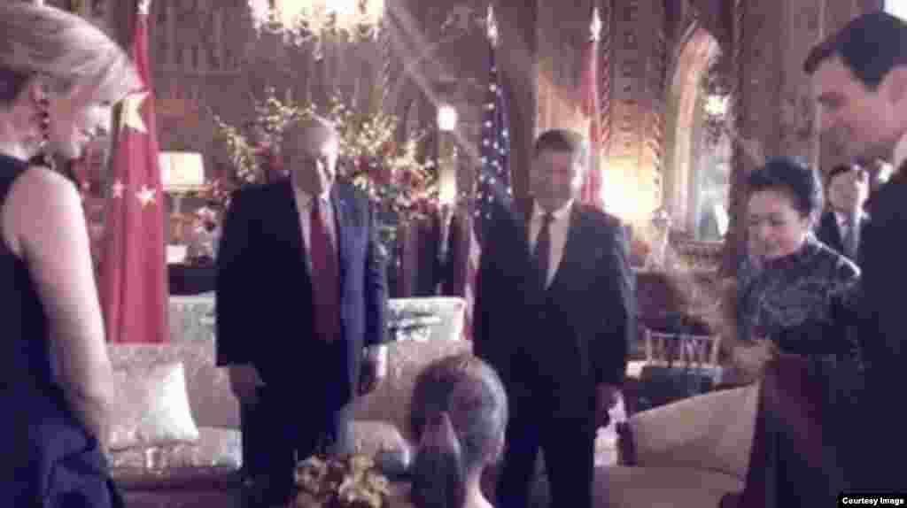 美国总统川普的外孙女阿拉贝拉在海湖庄园为来访的中国主席习近平和夫人唱中文歌曲《茉莉花》,背诵唐诗(2017年4月6日, 图片来自伊万卡·川普在社交媒体Instagram上发布的视频)