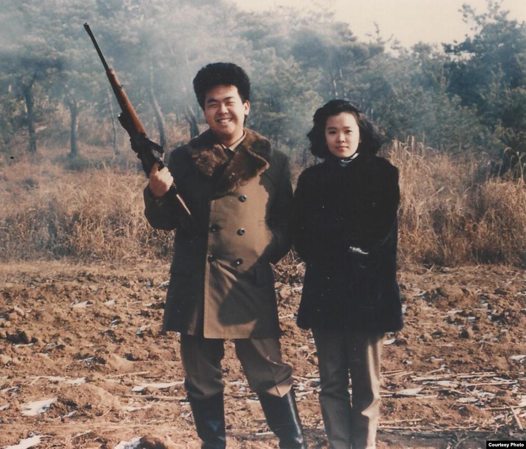 사냥 중인 김정남과 이남옥. 1990년. 제공: Imogen O'Neil/The Golden Cage: Life with Kim Jong Il, A Daughter's Story.