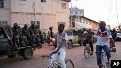 People cheer as ECOWAS Senegalese troops take position near to the state house in the Gambian capital Banjul Sunday Jan. 22, 2017, one day after Gambia's defeated leader Yahya Jammeh went into exile. ECOWAS troops are moving in to prepare for the return o