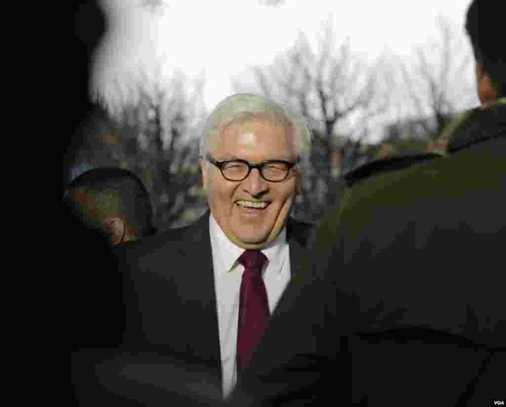 فرانک والتر اشتاینمایر وزیر خارجه آلمان در گفتگو با خبرنگاران در مقابل محل برگزاری مذاکرات اتمی ایران و ۱+۵ در لوزان سوئیس – یکشنبه ۹ فروردین ۱۳۹۴
