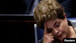 지난 29일 자신의 탄핵심판 최종 심의절차가 진행중인 상원 청문회에 참석해 생각에 잠겨있는 지우마 호세프 브라질 대통령.