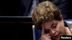 브라질의 지우마 호세프 대통령이 29일, 상원 최종 탄핵 심리에 출석해 의원들의 주장을 청취하고있다.