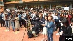 數百人參與浸會大學學生會集會遊行 (美國之音湯惠芸拍攝)