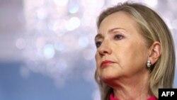 Ngoại trưởng Clinton nói công luận Ả Rập sẽ không hài lòng khi nhìn thấy 2 quốc gia, một nước vì lý do thương mại, còn nước kia vì các lý do chủ thuyết, hỗ trợ một chế độ thách thức mọi luật lệ, nguyên tắc quốc tế thời nay