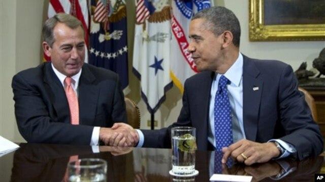 Presiden AS Barack Obama berjabat tangan dengan Ketua DPR John Boehner di Gedung Putih (foto: dok). Presiden Obama telah menyampaikan sikap tegas agar Kongres AS menaikkan pagu utang pemerintah.