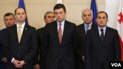 გიორგი გახარია (შუაში) - ეკონომიკის, დიმიტრი ქუმსიშვილი (მარჯვნივ) კი ფინანსთა სამინისტროებს ჩაიბარებენ