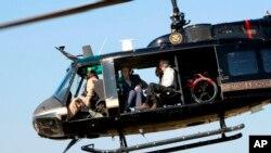 Después de la reunión, Kelly y Abbott sobrevolaron en helicóptero parte de la frontera que separa Estados Unidos y México con el director regional de la Patrulla Fronteriza, Manuel Padilla, quién relató a ambos situaciones que sus agentes enfrentan a diario.
