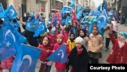 海外維吾爾人抗議中國高壓政策,示威者中不乏兒童(受訪者提供)