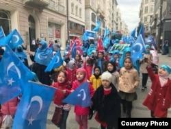 海外维吾尔人抗议中国高压政策,示威者中不乏儿童 (受访者提供)
