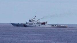 """Máy dò tìm dưới nước được treo cạnh một tàu tuần """"Hải Tuần-01"""" của Trung Quốc phát hiện những tiếng ping cách nhau khoảng 2km hôm thứ Sáu và thứ Bảy"""