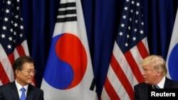 도널드 트럼프 미국 대통령(왼쪽)과 문재인 한국 대통령이 21일 뉴욕 롯데 팰리스 호텔에서 정상회담을 하고 있다.