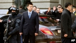 中国主席习近平离开瑞士联邦议会时挥手致意(2017年1月15日)