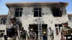 Các nhân viên an ninh Afghanistan tại tòa nhà chính phủ ở Jalalabad bị Taliban tấn công, ngày 12/5/2014.