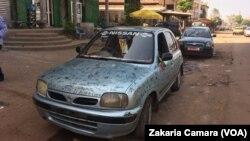 Des voitures circulent sur une rue de Conakry, Guinée, le 20 novembre 2016. (VOA/Zakaria Camara)