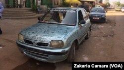 Cette voiture est utilisée pour recueillir les signatures contre les loyers chers à Conakry, Guinée, le 20 novembre 2016. (VOA/Zakaria Camara)