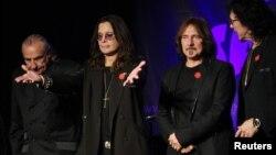 Para anggota Black Sabbath (kiri ke kanan), Bill Ward, Ozzy Osborne, Geezer Butler dan Tony Lommi, saat mengumumkan reuni mereka di klub Whiskey A Go Go di Los Angeles, tempat band itu tampil pertama kalinya di AS 43 tahun yang lalu. (Foto: Dok)