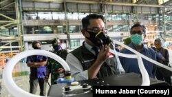 Gubernur Jabar Ridwan Kamil mencoba ventilator portable Vent-I yang dikembangkan Unpad, ITB, dan Rumah Amal Salman. (Foto: Courtesy/Humas Jabar)