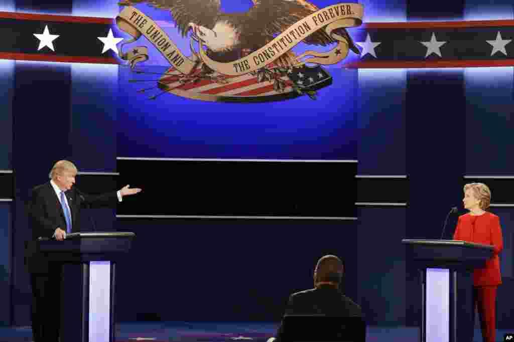 Kandidat presiden AS dari Partai Republik Donald Trump dan calon presiden dari Partai Demokrat Hillary Clinton dalam debat presiden pertama di Hofstra University di Hempstead, New York (26/9).(AP/David Goldman)