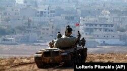 Turkiya tanki Suriya chegarasida, 9-oktabr, 2014-yil.