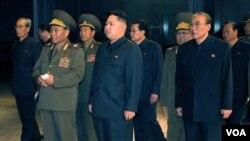 Kim Jong-un (tengah) saat mengunjungi gedung teater baru di Pyongyang hari ini, 9 Oktober 2010.