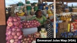 Des oignons, l'un des produits agricoles des agro-alimentaires exposés au marché dans la région du sud, à Kyé Ossi, le 6 avril 2019. (VOA/Emmanuel Jules Ntap)
