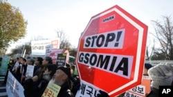 Người dân Hàn Quốc biểu tình phản đối Thỏa thuận An ninh chung về Thông tin Quân sự (GSOMIA) giữa Hàn Quốc và Nhật Bản ở Bộ Quốc phòng Hàn Quốc tại Seoul, Hàn Quốc, ngày 23/11/2016.