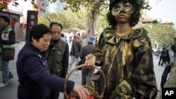 行人星期四在上海的國際愛滋病日宣傳活動中領取安全套