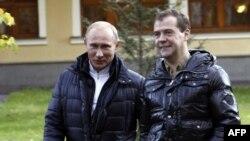 Tổng thống Nga Medvedev (phải) và Thủ tướng Putin