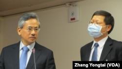 台灣衛生署長邱文達(左)在立法院接受質詢(美國之音張永泰拍攝)