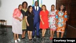 Le président Félix Tshisekedi entouré de militantes des droits des femmes à la Cité de l'OUA, à Kinshasa, RDC, le 8 mars 2019. (Twitter/RDC)