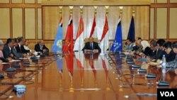 Wapres Yaman, Abed Rabbo Mansour Hadi memimpin rapat para anggota partai berkuasa Yaman di ibukota Sana'a (6/6).
