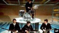 """Os beatles actuando no """"Ed Sullivan Show"""" em Nova Iorque em Fevereiro de 1964"""