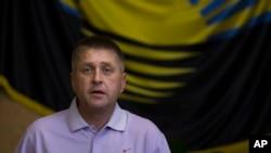Vyacheslav Ponomarev, yang mengaku sebagai walikota Slovyansk, Ukraina, memberikan keterangan kepada media, 25 Mei 2014 (Foto: dok).
