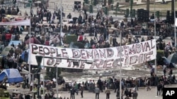 """開羅解放廣場在星期四集結大批抗議者﹐打著""""人民要求政權下台""""的橫額"""