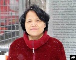中山大学文学教授艾晓明在柏林墙参观