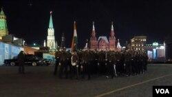同中国一样,印度也派兵参加了今年5月9日莫斯科红场阅兵。阅兵前夕彩排时印度军人走过红场。(美国之音白桦拍摄)