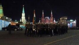 同中國一樣,印度也派兵參加了今年5月9日莫斯科紅場閱兵。 閱兵前夕彩排時印度軍人走過紅場。 (美國之音白樺拍攝)