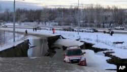 زلزله در ایالت آلاسکا صدمات جدی به راهها و جادهها وارد کرد.